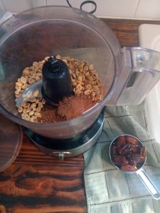 homemade chocolate peanut butter lara bar easy, healthy, and delicious.